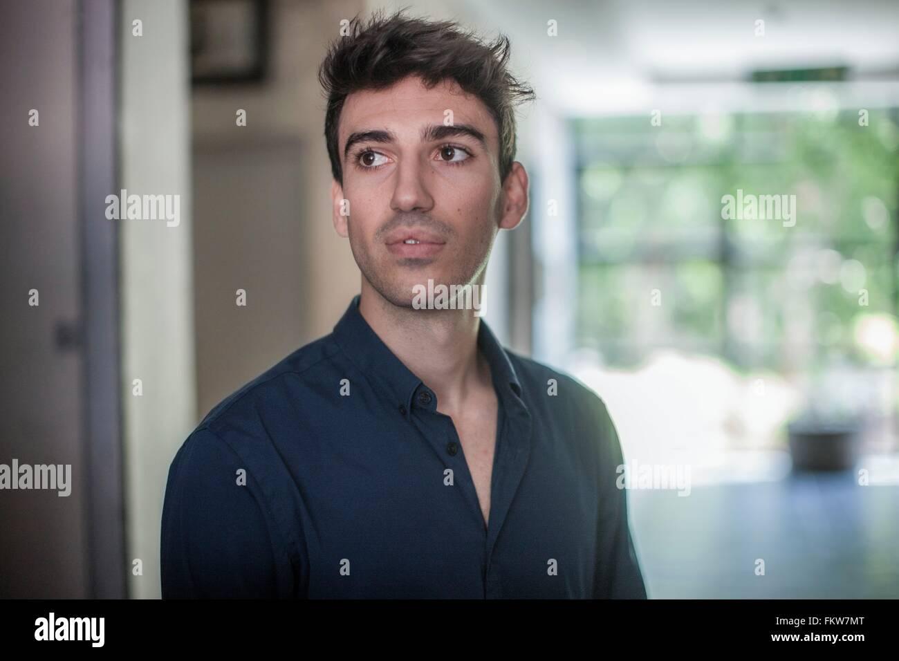 Ernst junger Geschäftsmann im Büro Stockbild