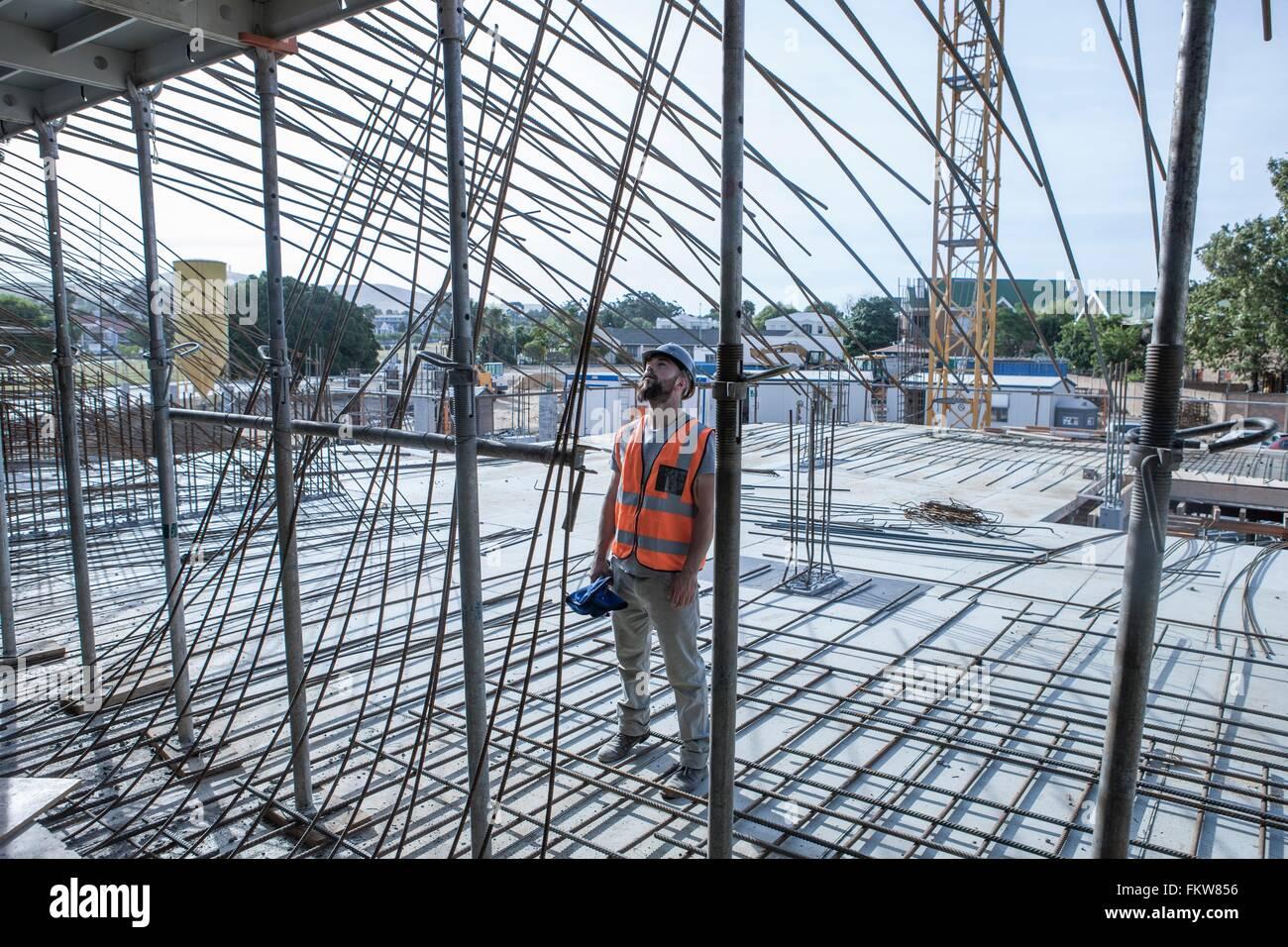 Site-Manager betrachten Stahlstange Strukturen auf Baustelle Stockbild