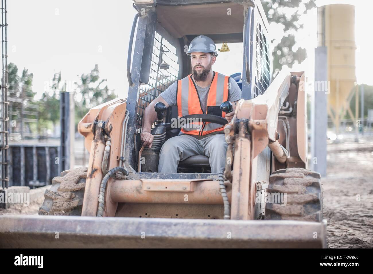 Builder fahren Bagger auf der Baustelle Stockbild