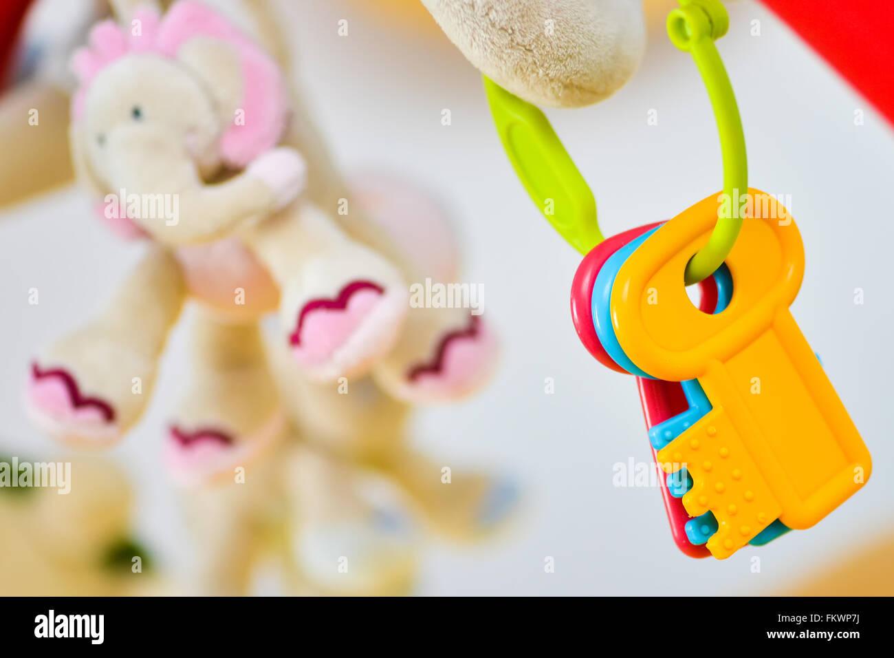 Verschiedene bunte Spielzeug Tasten mit Elefanten im Hintergrund Stockbild