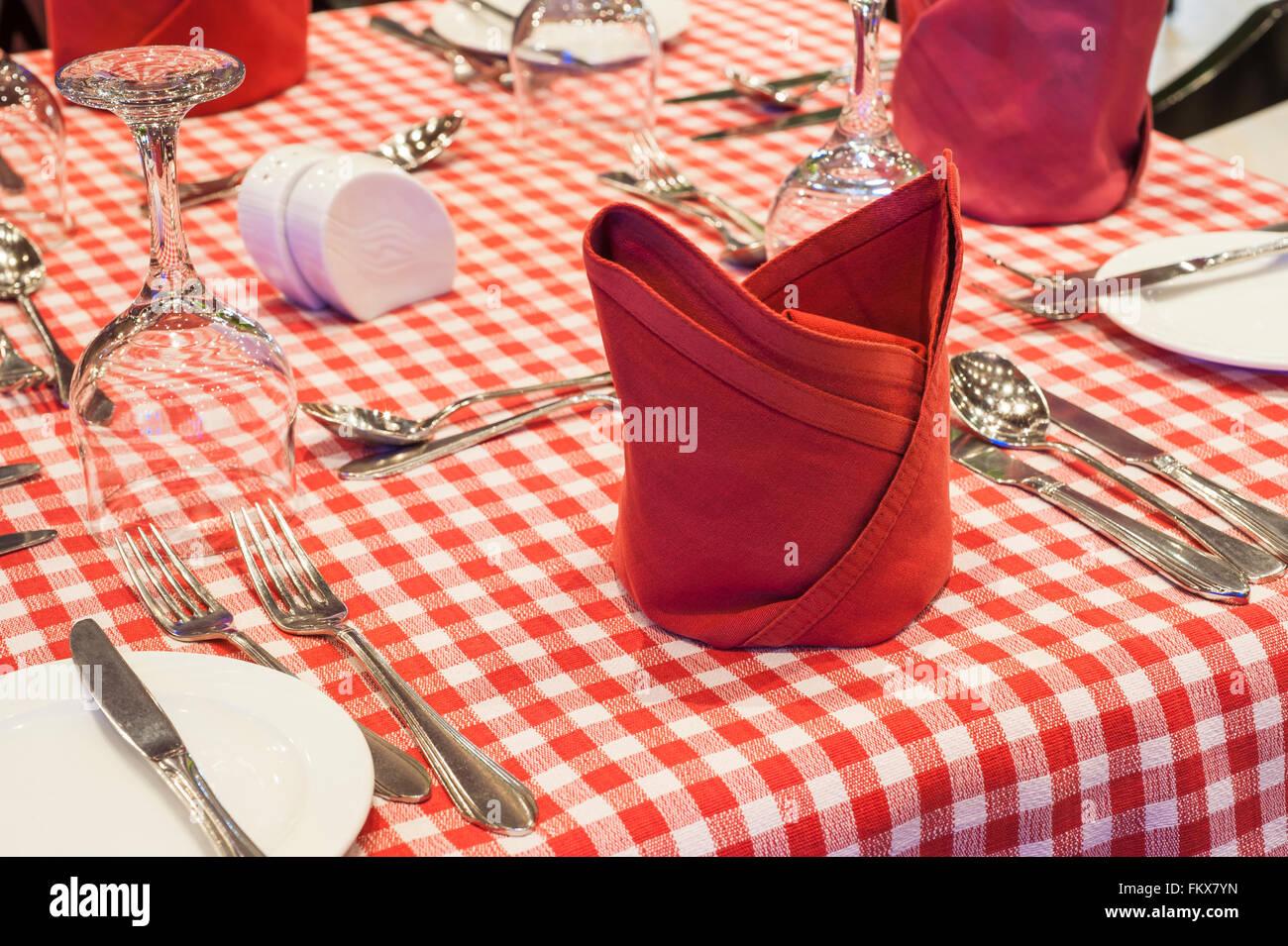 Closeup Detail einer Tabelle Einstellung auf Rot geprüfte Tabelle Tuch mit silber Besteck Stockbild