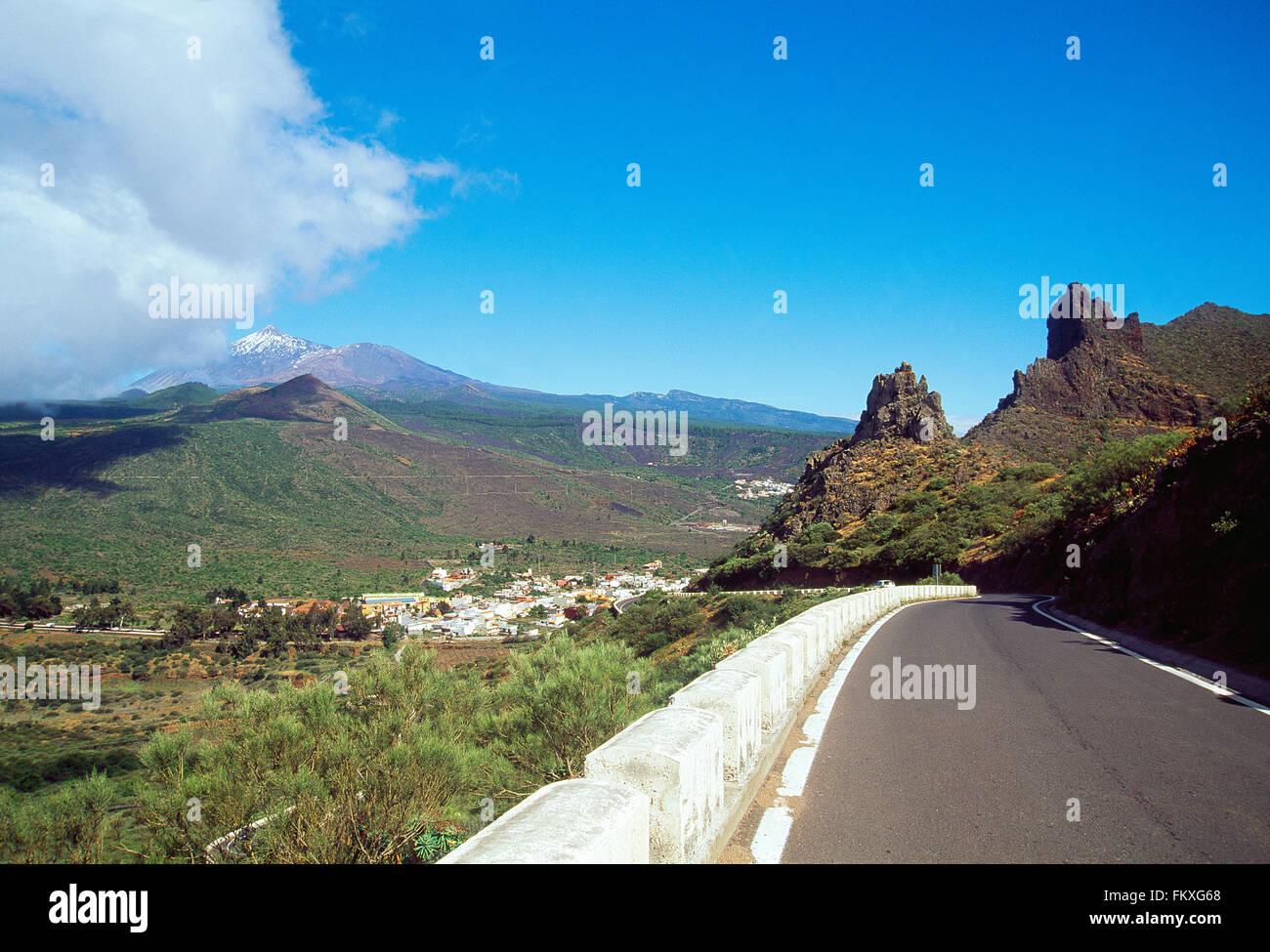 Straße nach Santiago del Teide und Teide-Gipfel. Teneriffa Insel, Kanarische Inseln, Spanien. Stockbild