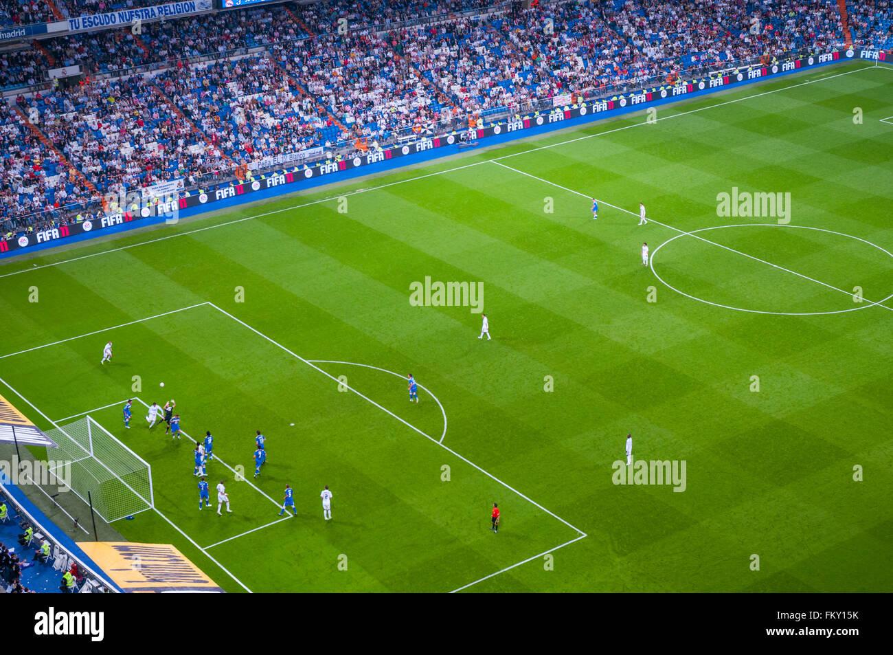 Fußballer spielen ein Fußballspiel. Santiago-Bernabéu-Stadion, Madrid, Spanien. Stockbild