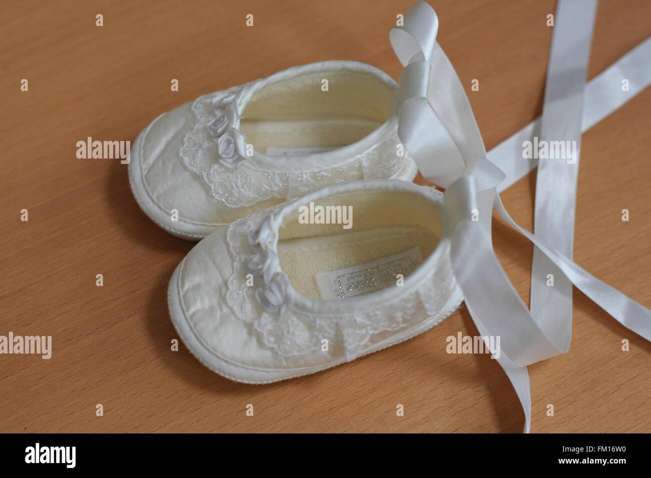 meet 6a2bf 4c69f Cream satin Spitze Organza Taufe Schuhe mit Bändern ...