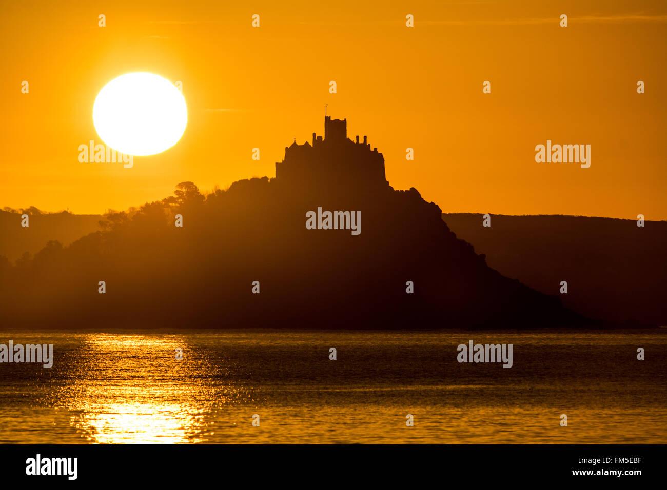 Penzance, Cornwall, UK. 11. März 2016. Großbritannien Wetter. Sonnenaufgang in Penzance. Bildnachweis: Simon Maycock/Alamy Live-Nachrichten Stockfoto