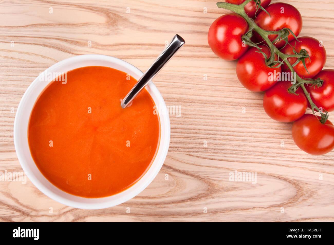 Draufsicht auf eine Schüssel mit Tomatensuppe. Stockbild