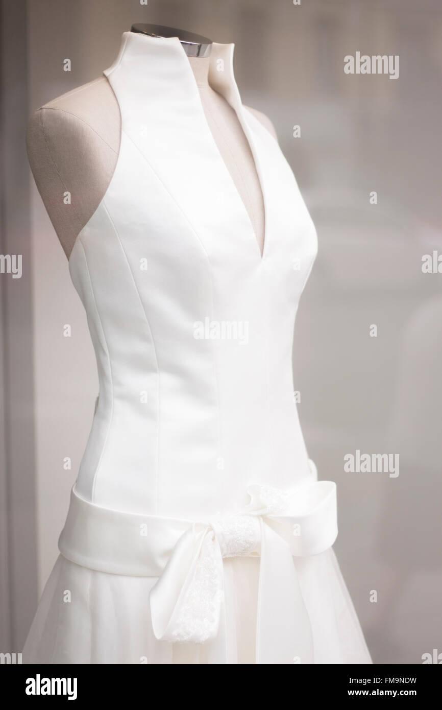 Weiße Hochzeit Kleid Brautkleid im Schaufenster an Kleidung Puppe ...