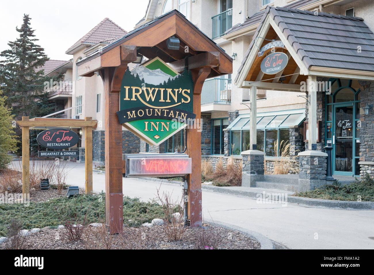 Das Zeichen für die Irwins Mountain Inn Banff Kanada im winter Stockbild