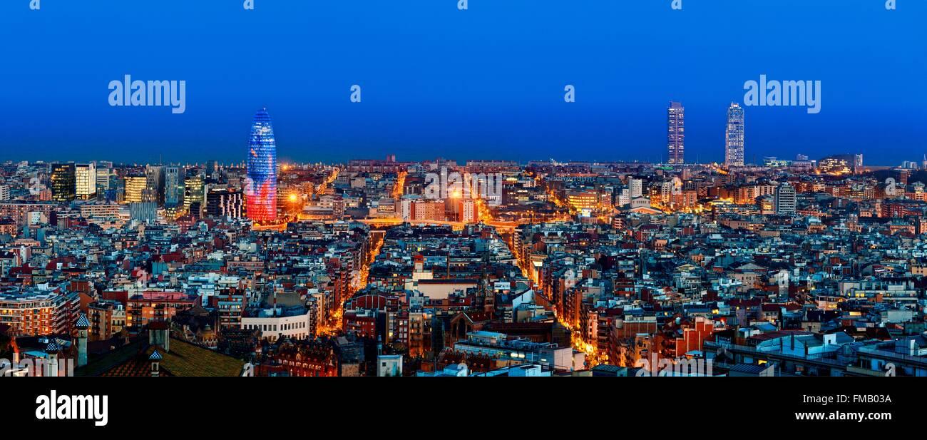 Spanien, Katalonien, Barcelona, Panoramablick über Barcelona mit Torre Agbar (Agbar-Turm) Stockbild