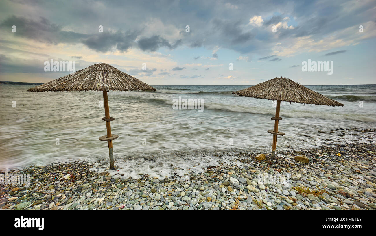 Küste Landschaft mit Stroh Sonnenschirme in Griechenland. Stockbild