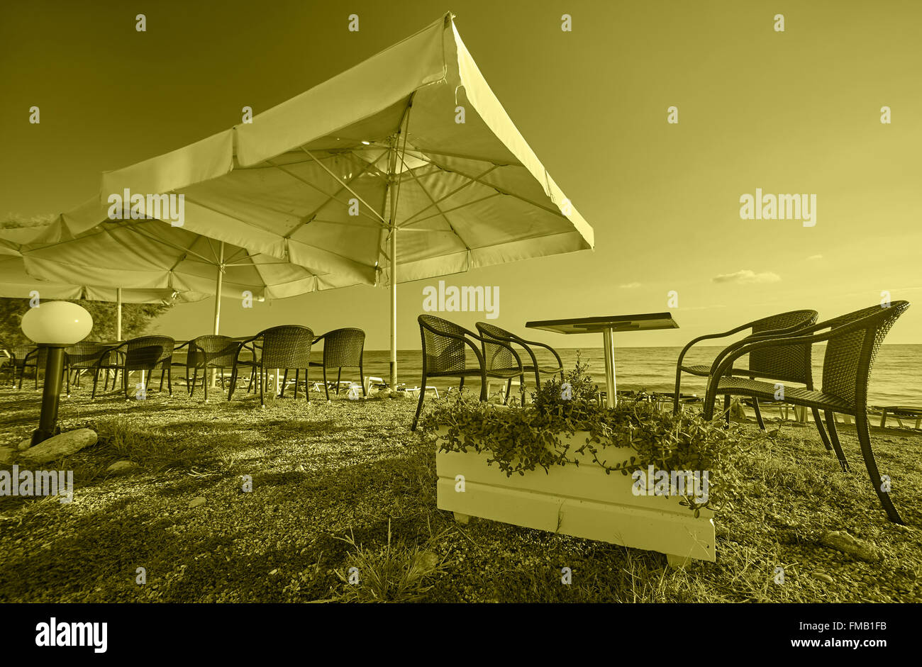 Vintage Küstenlandschaft mit Sonnenschirme Strand Lounge. Stockbild