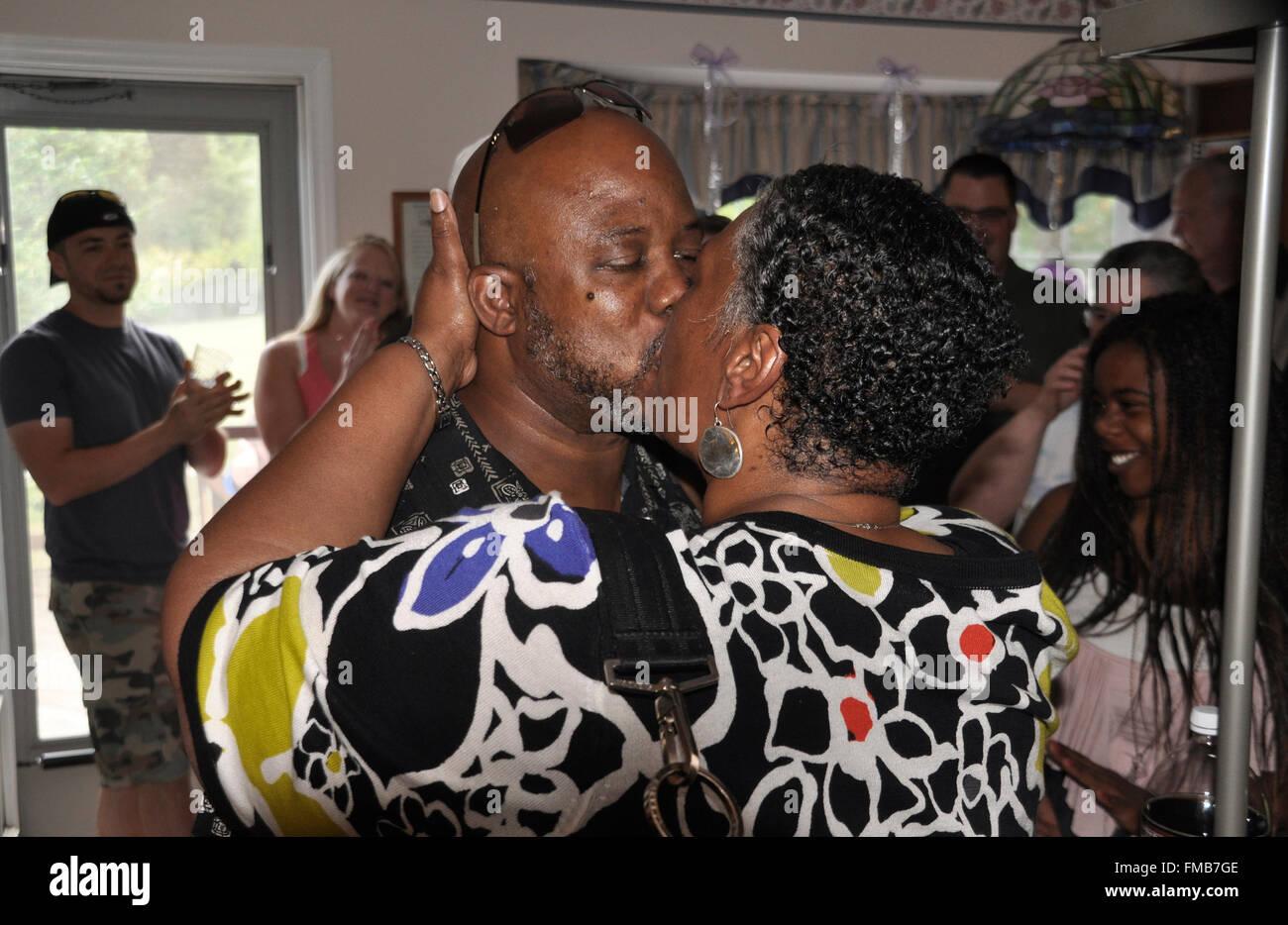 Paar Exchange einen leidenschaftlichen Kuss auf ihrer 30. Hochzeitstag Stockbild
