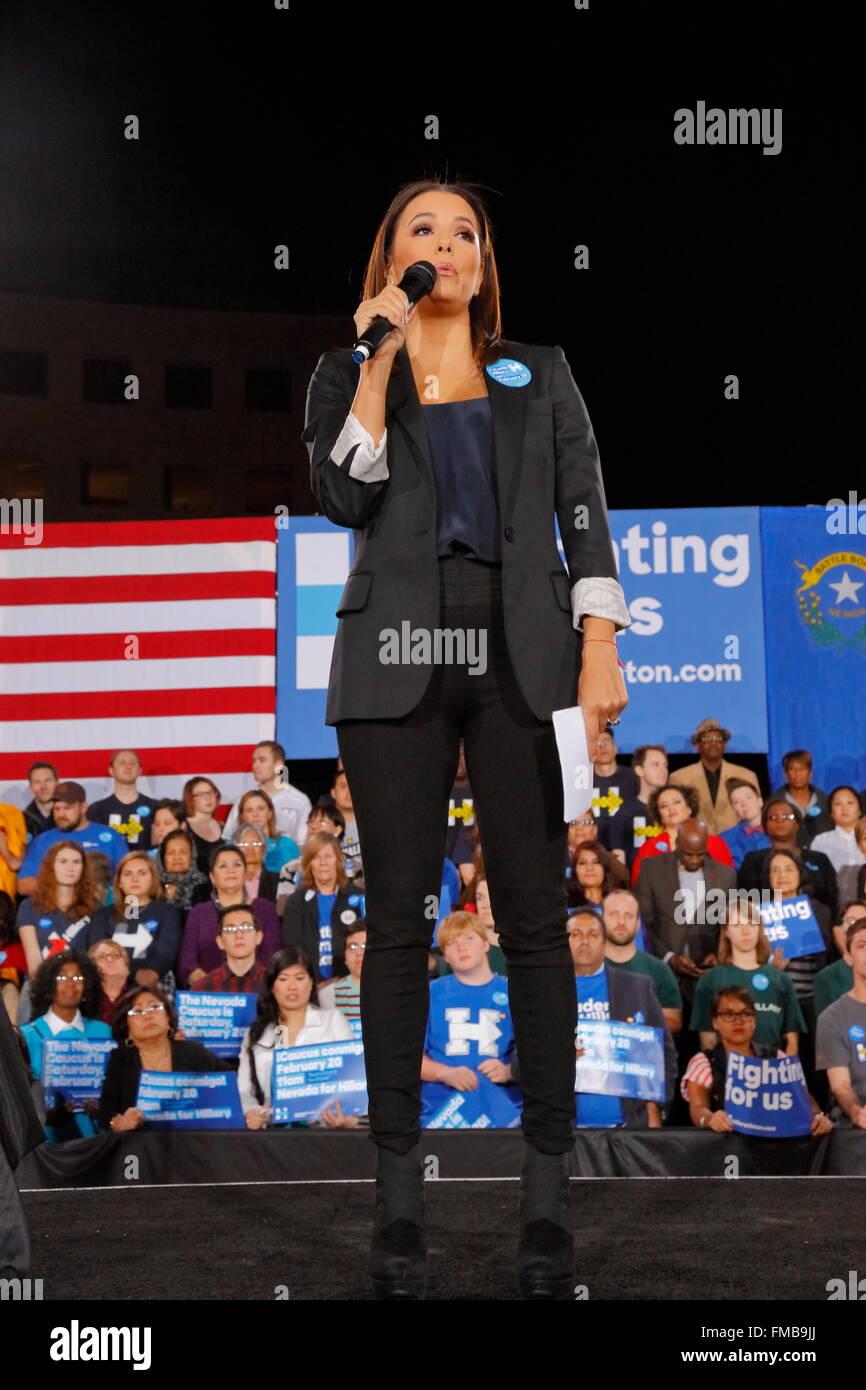 Schauspielerin Eva Longoria spricht den Teilnehmern während einer Hillary Clinton Kampagne Kundgebung im Clark Stockbild