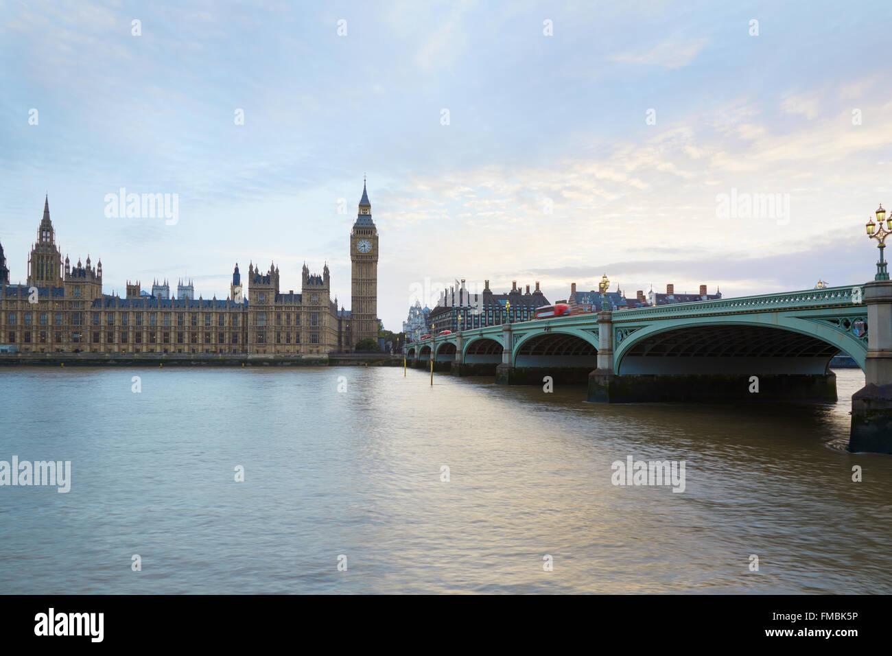 Big Ben und Westminster-Palast in der Abenddämmerung in London, natürliches Licht und Farben Stockfoto