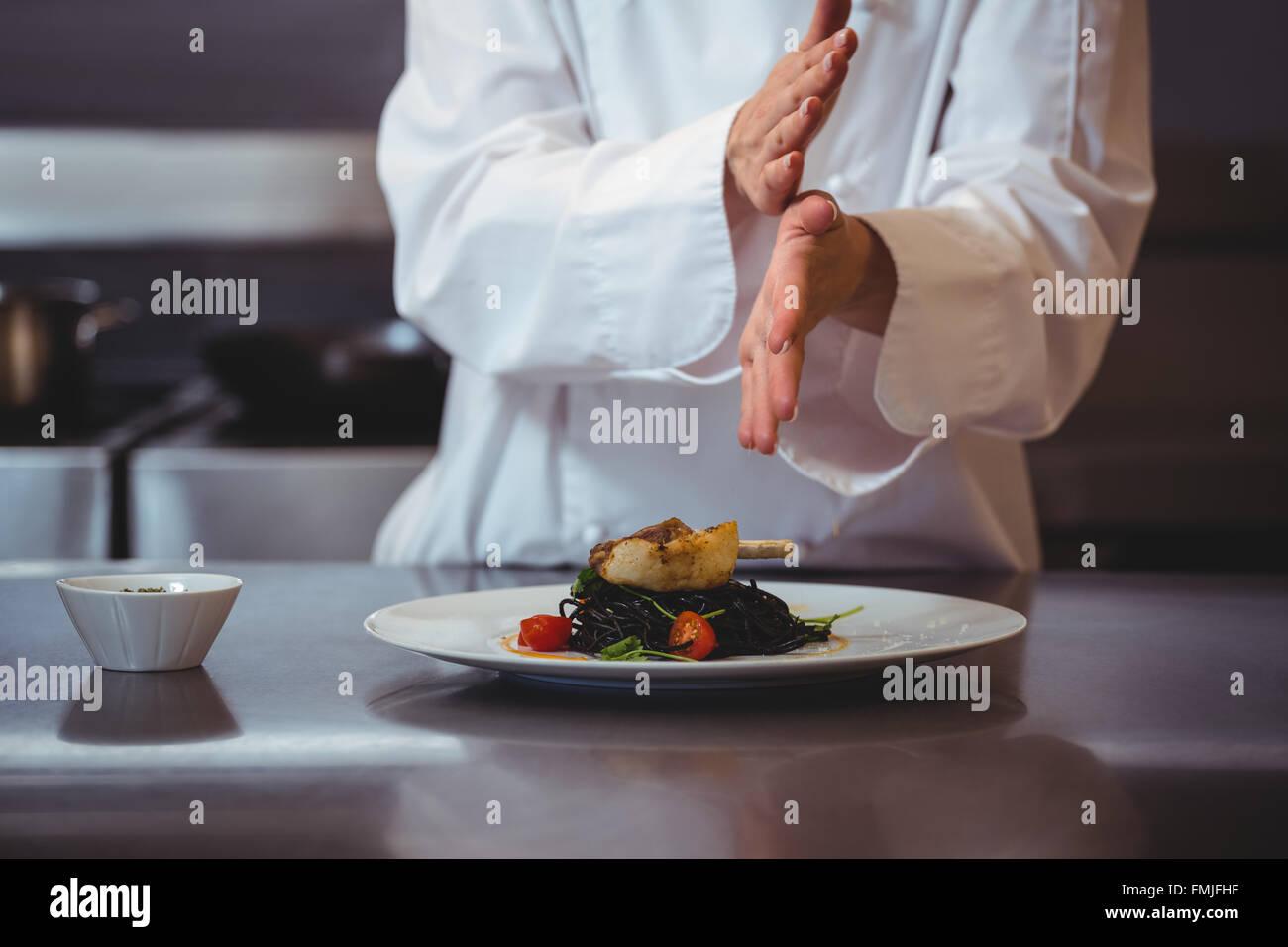 Koch prise gew rze auf teller stockfoto bild 98752347 for Koch auf englisch