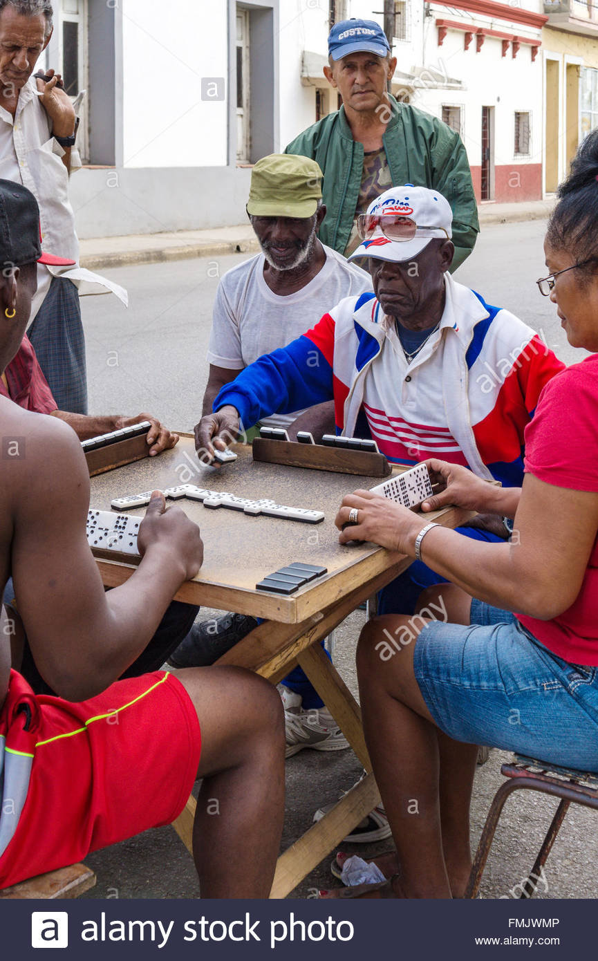 Kubaner auf der Straße spielen Domino oder Domino die typischen Spiel für sie ist. Die Szene zieht oft Stockbild