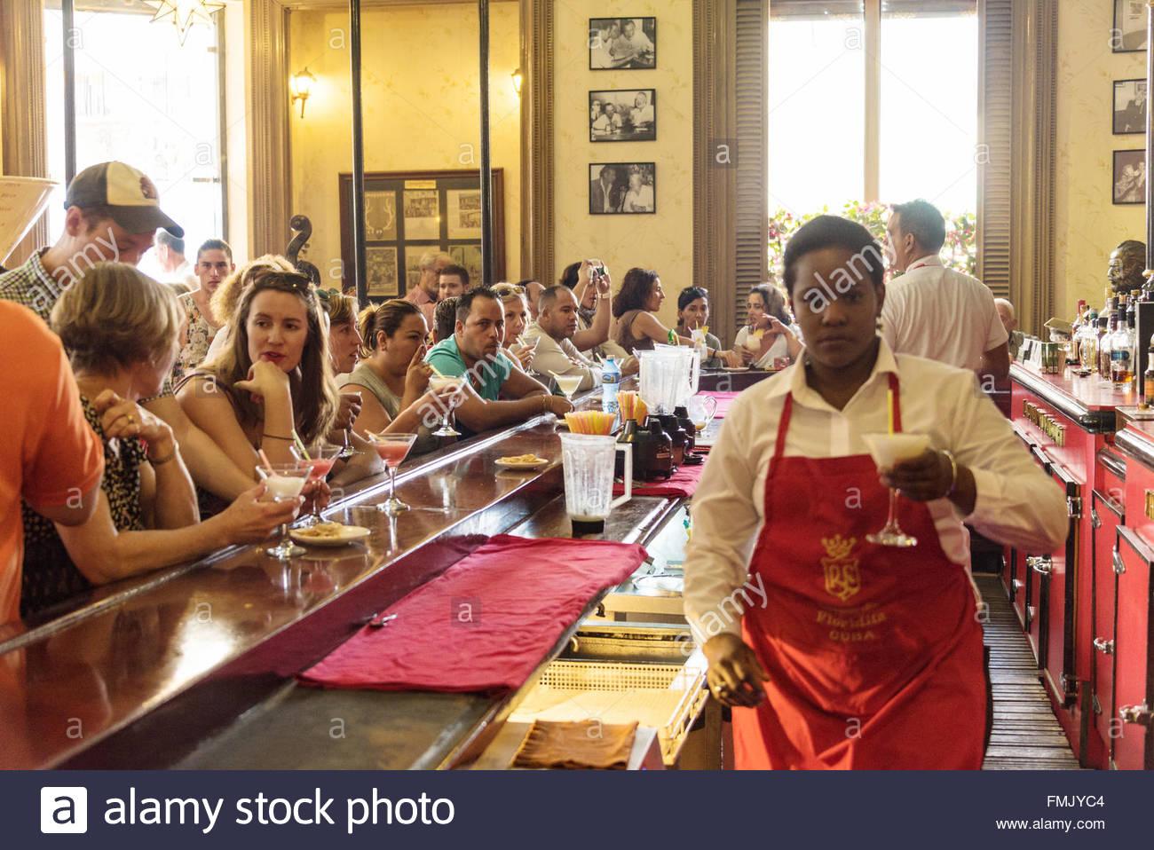 El Floridita, Havanna, Kuba: Kellnerin, Daiquiri cocktail alkoholisches Getränk für Touristen an der Bar Stockbild