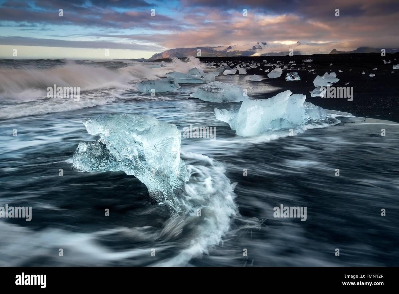 Eisberge wuschen sich am vulkanischen Strand Fellsfjara in der Nähe von Jokulsarlon im Süden Islands Stockfoto
