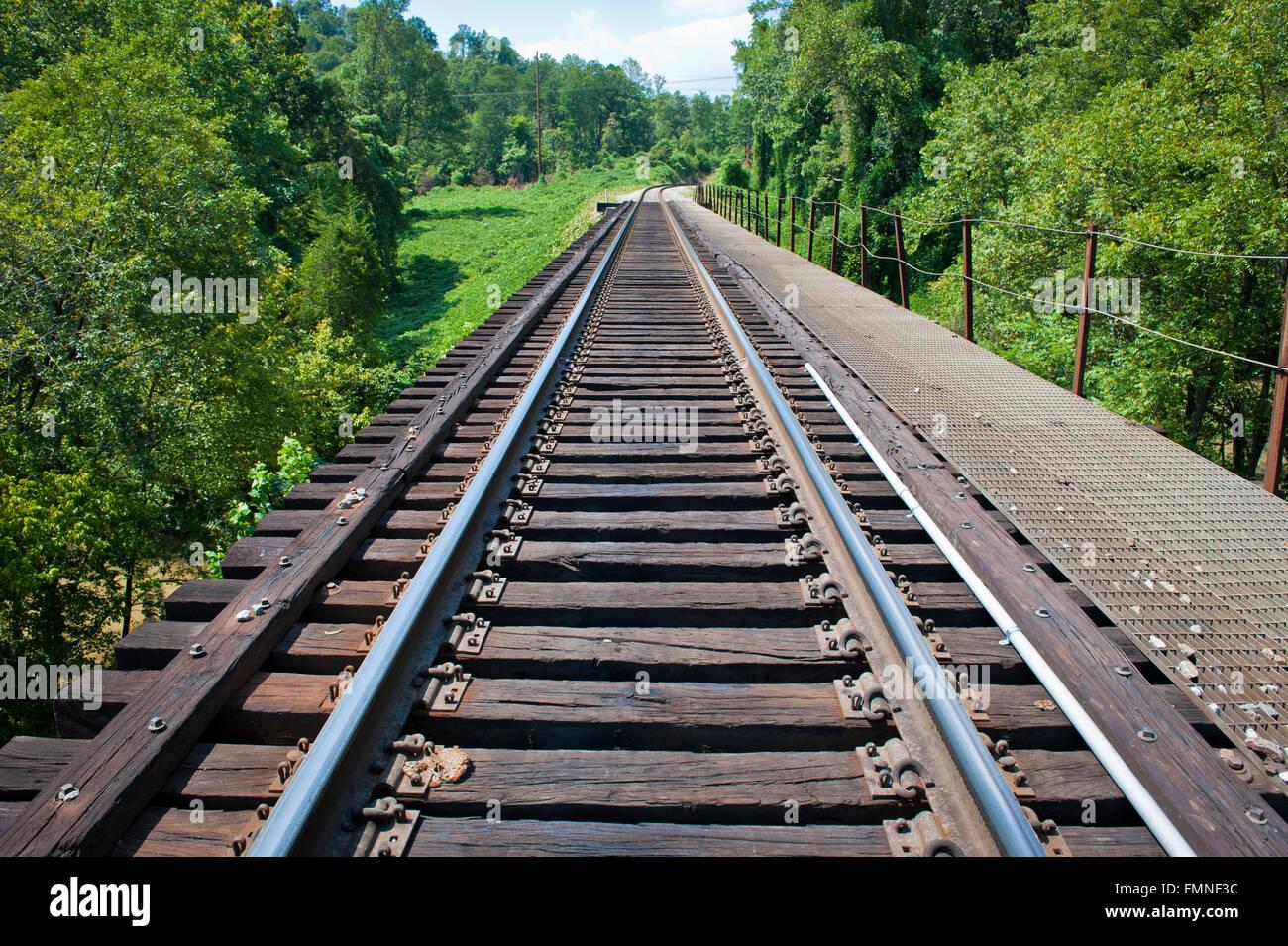 Bahnschienen durch ländlichen Tennessee Stockbild