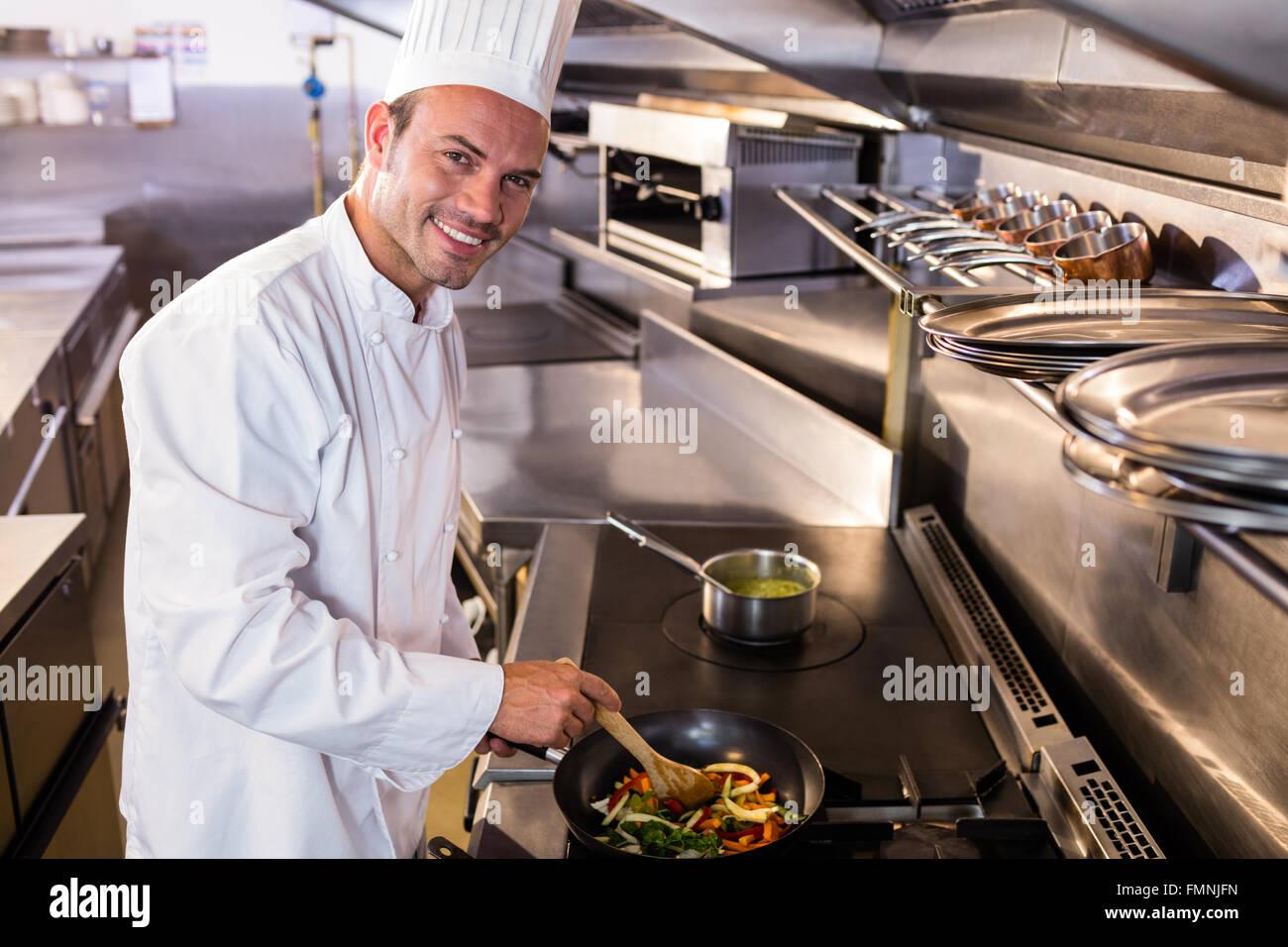 Koch, Die Zubereitung Von Speisen In Der Küche Stockfoto