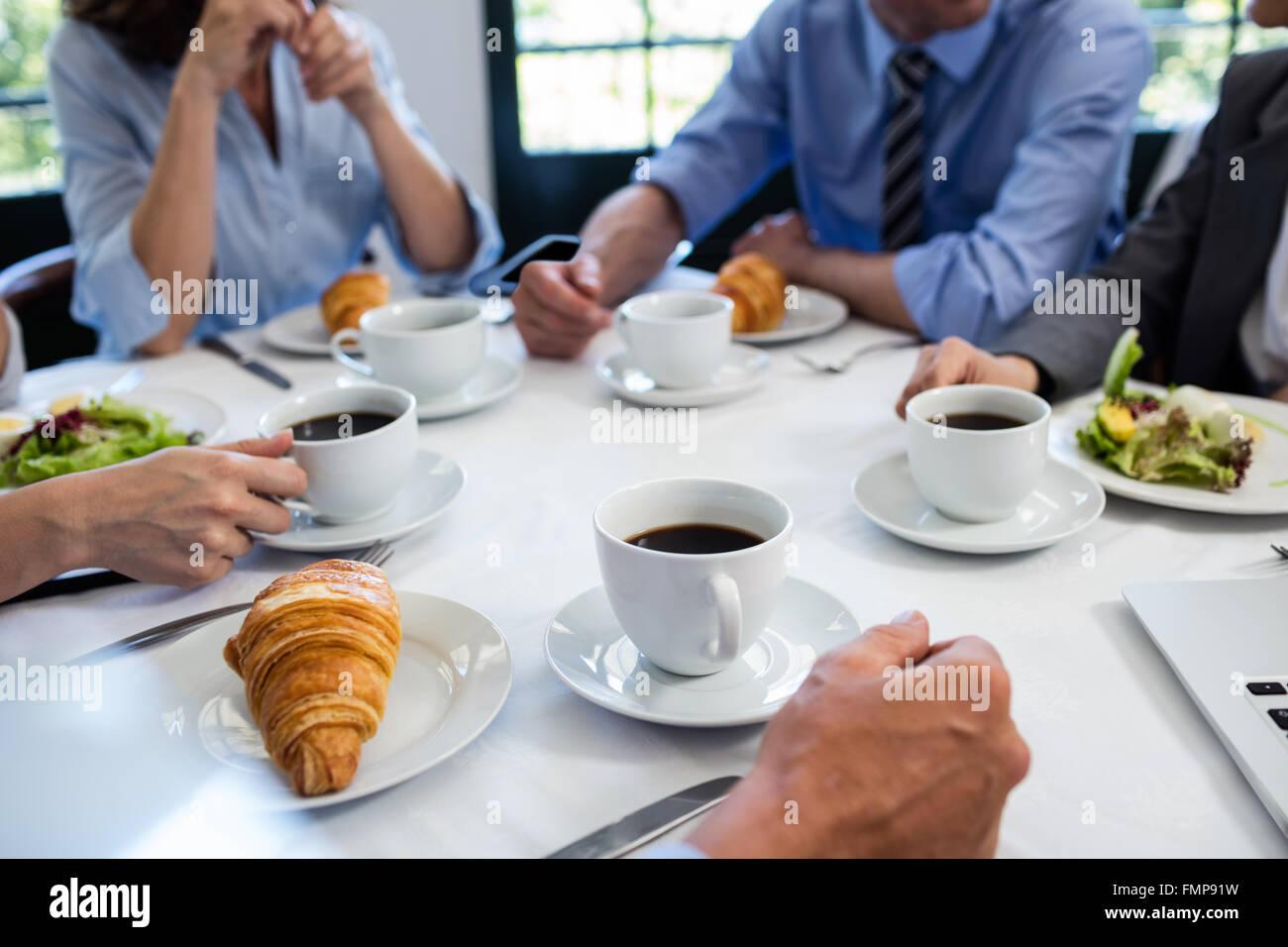 Geschäftsleute, die mit einem Treffen im restaurant Stockbild