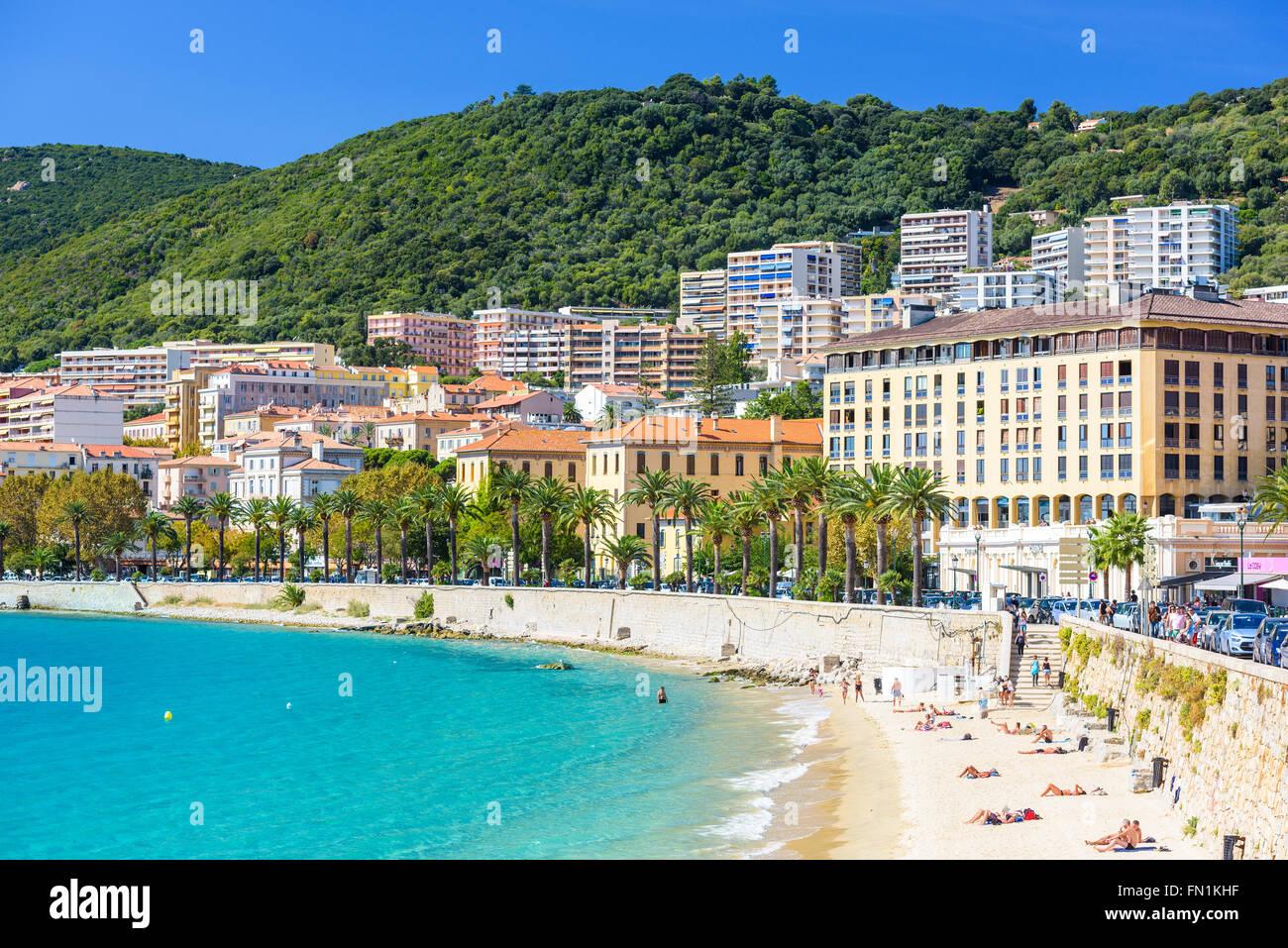 AJACCIO, Frankreich - 29. Oktober 2014: Strandbesucher auf in der Stadt Ajaccio auf der West-Coasat der Insel Korsika. Stockbild