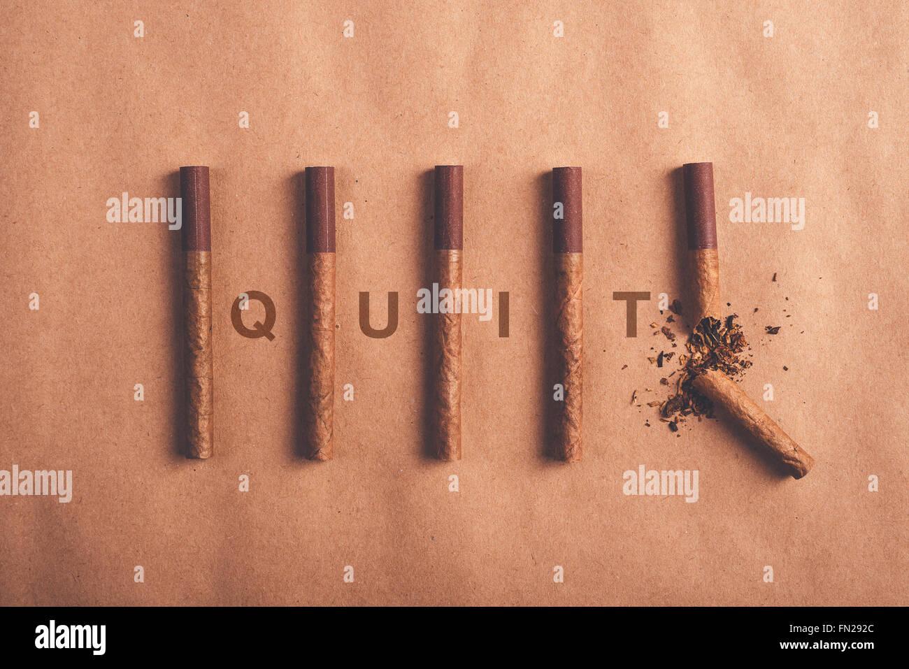 Quit Smoking Konzept, lag flach angeordnete Zigaretten mit gebrochenen am Ende als endgültige Entscheidung Stockbild
