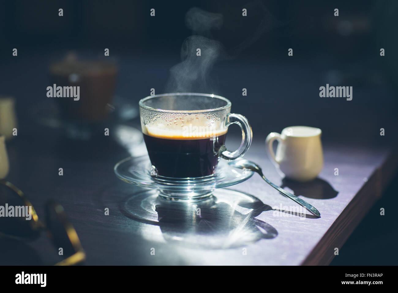 Tasse heißen Kaffee auf dem Tisch Stockbild