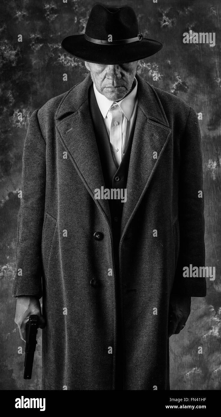 Schwarzen & weiße Bild von unheimlich aussehenden Mann mit