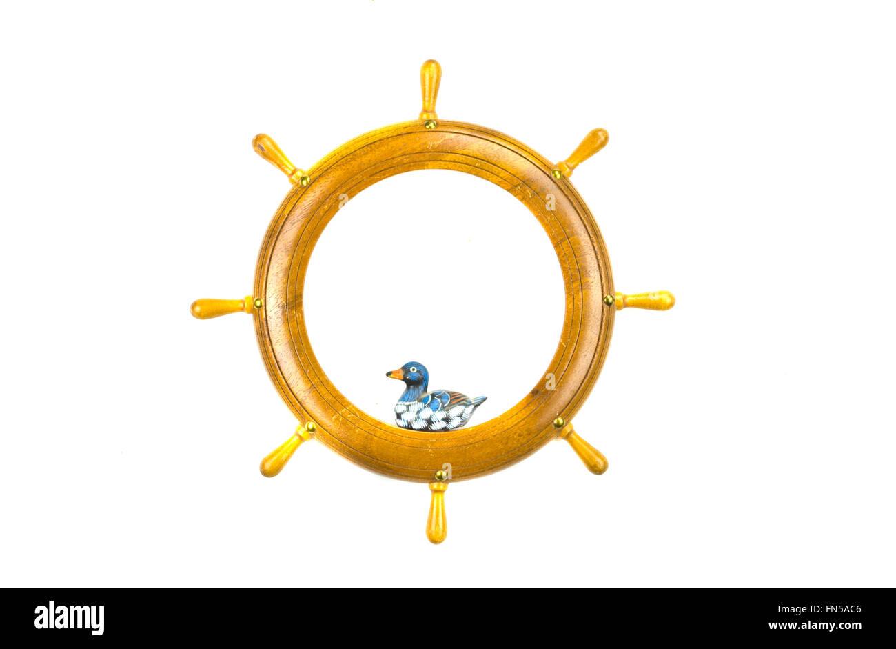 Isoliert auf weißes Schiff Lenkräder Kunst Rahmen mit Holzente ...