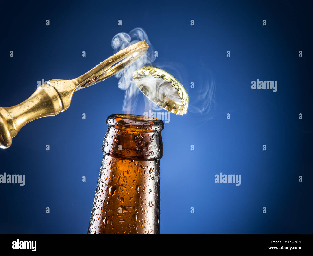 Eröffnung des Bier-Kappe mit dem Gas-Ausgang. Stockbild