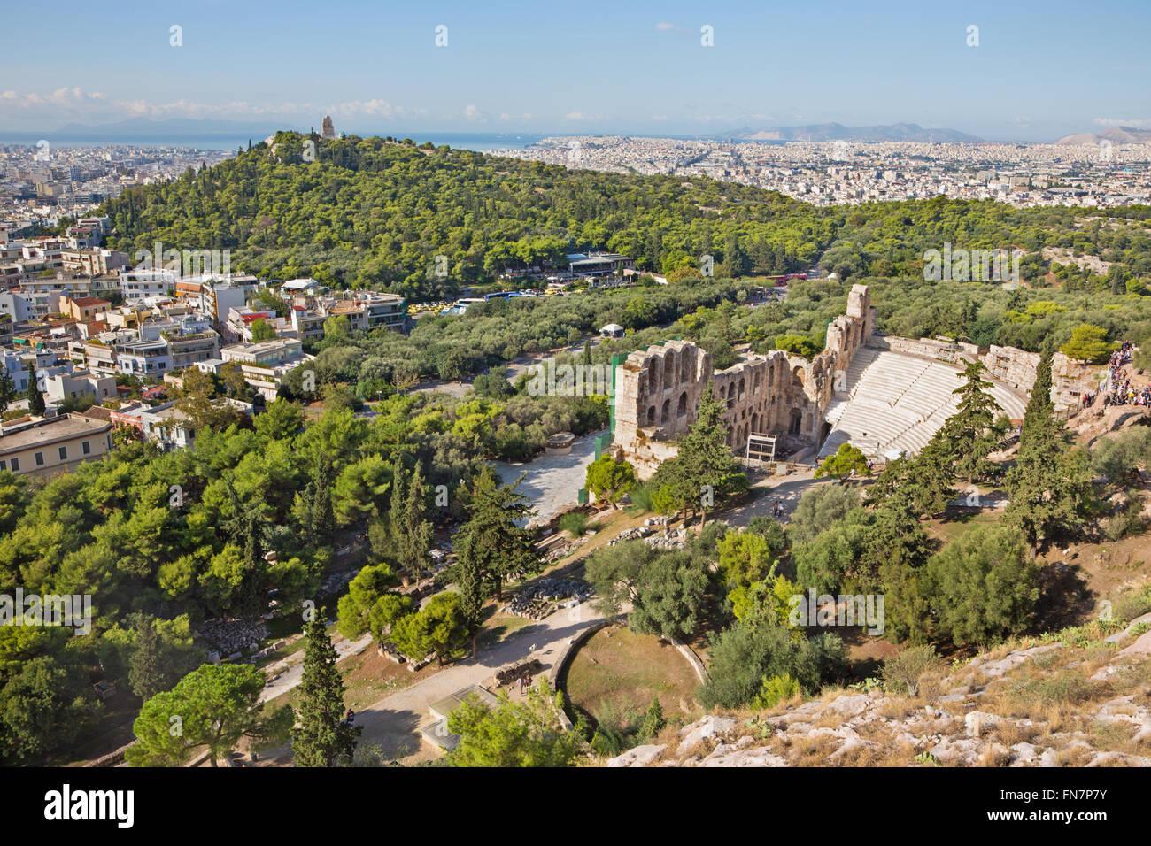 Athen - das Odeon des Herodes Atticus oder Herodeon unter der Akropolis im Morgenlicht und das Stadt-panorama Stockfoto