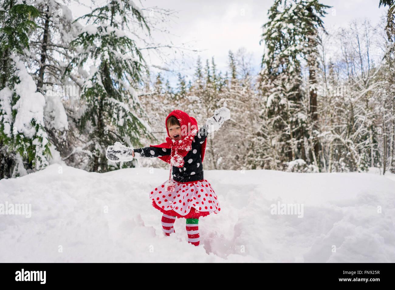 Mädchen im Schnee Herumspielen Stockfoto