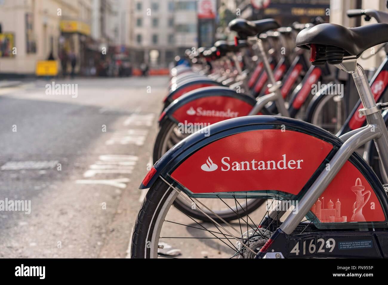 Eine Reihe von Boris Bikes (Santander Zyklen) an eine Docking-Station für Verleih, Panton Street, London SW1, UK Stockfoto