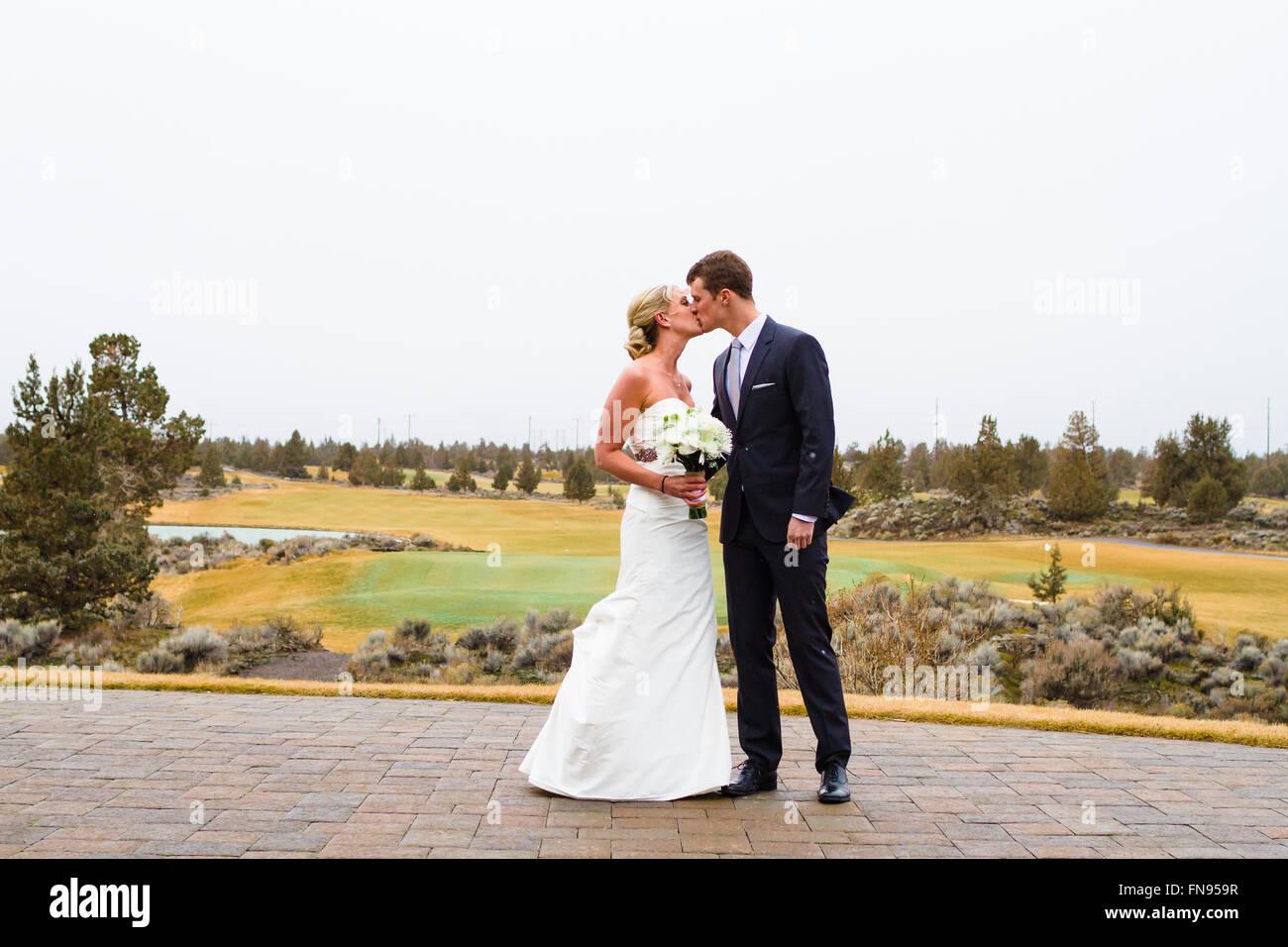 Braut und Bräutigam küssen am Hochzeitstag, Oregon, USA Stockfoto
