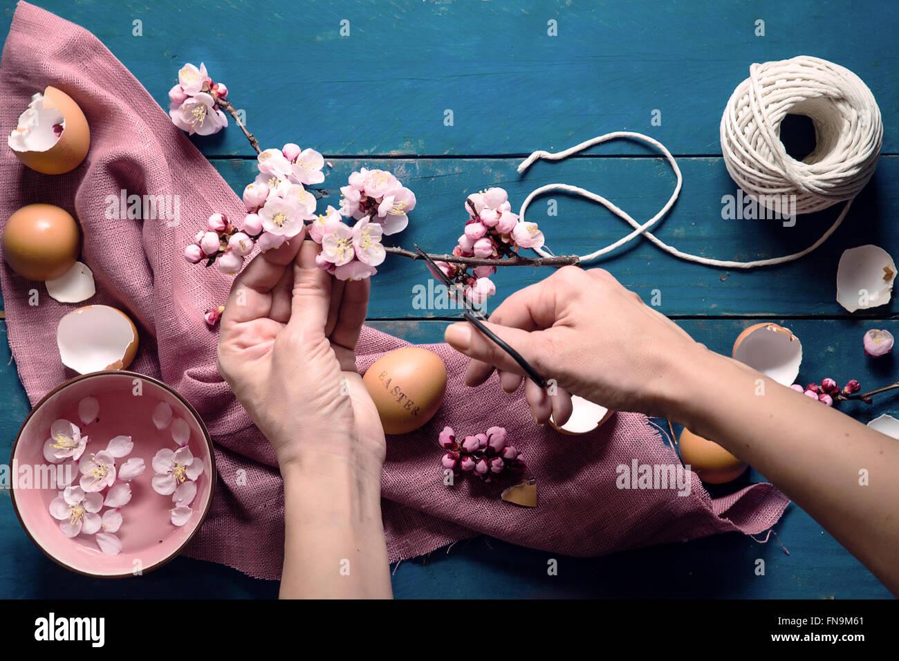 Frauenhand schneiden die Oster-Deko Stockbild