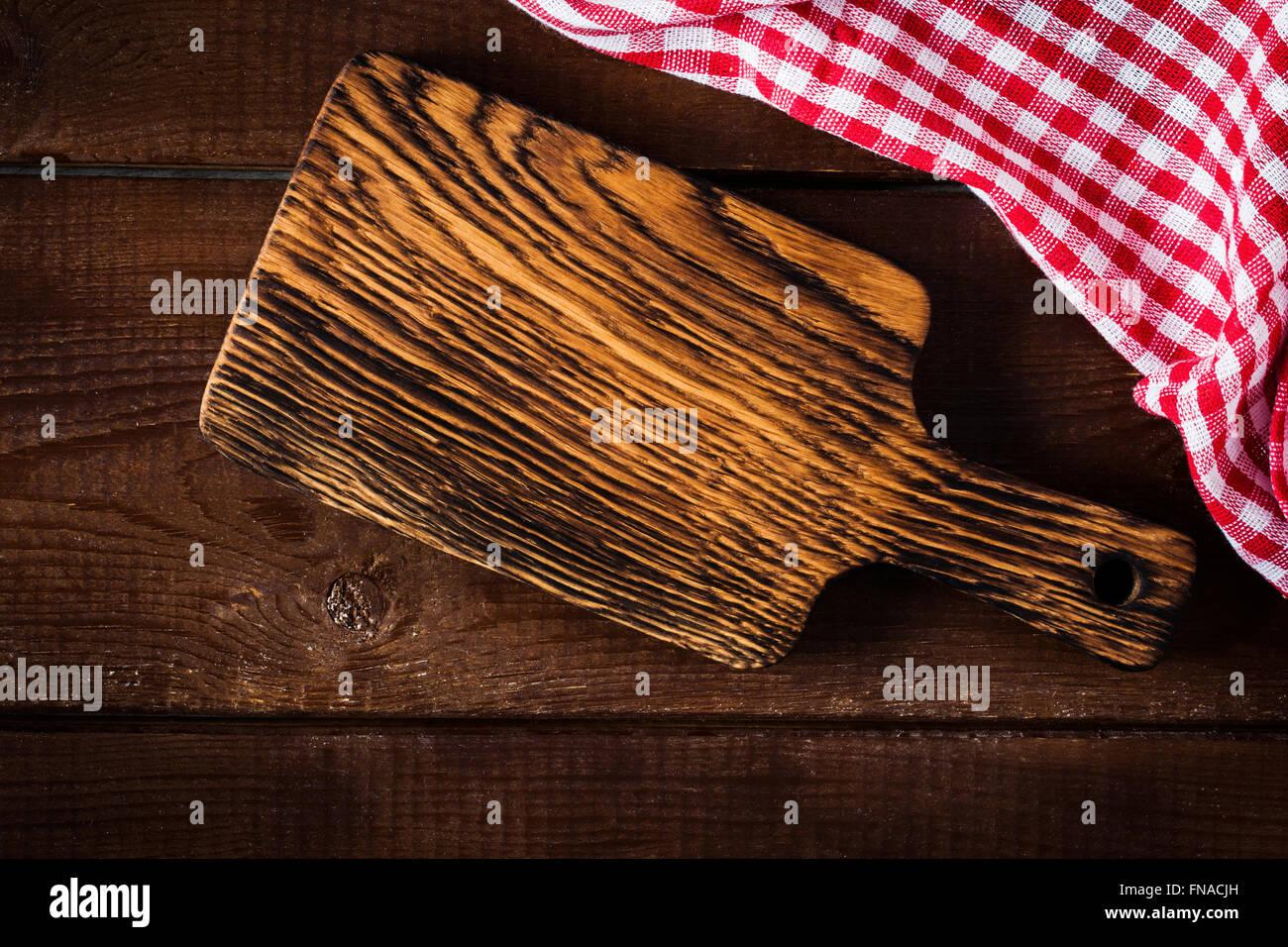 Holz schneiden und Tuch auf Holztisch. Kochen Essen Hintergrund, Textfreiraum für text Stockbild