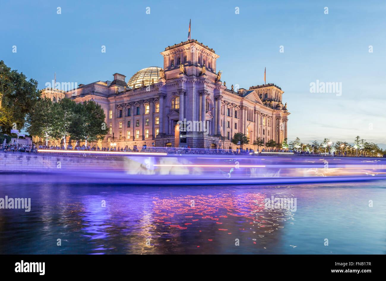 Berliner Reichstag und Spree Fluss Stockbild