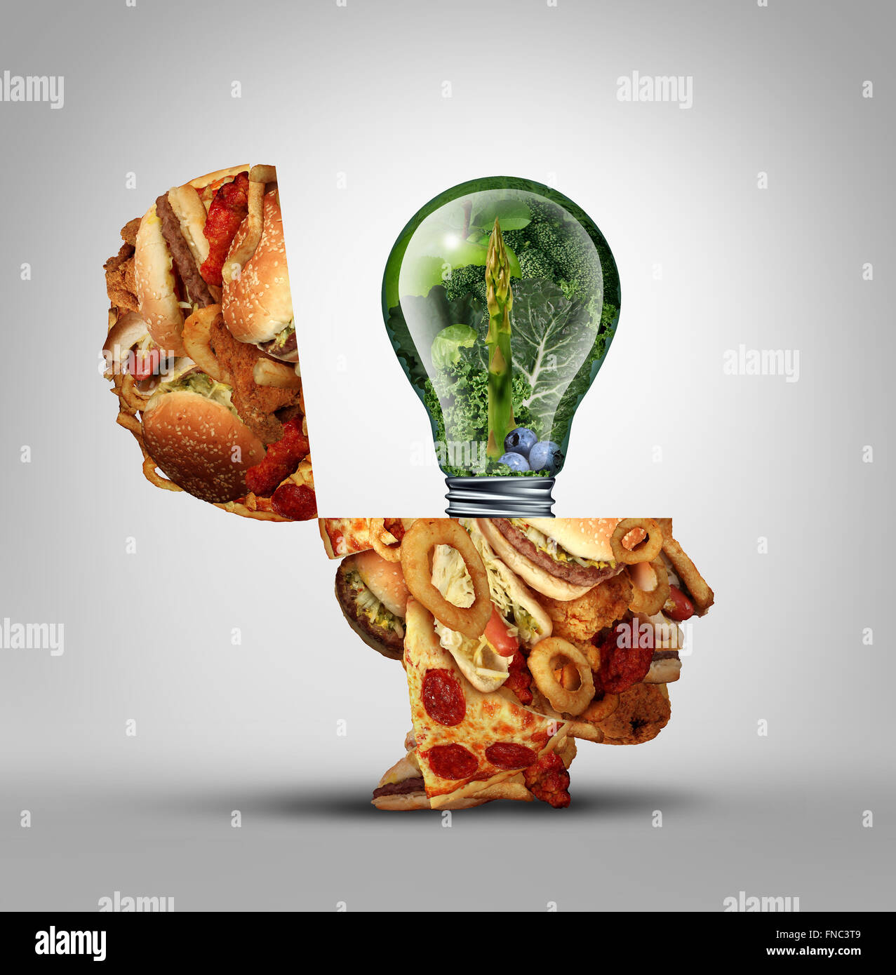 Diät-Ideen und Diät Inspiration Konzept als eine offene Menschenkopf fettigen Junk-Food mit einem Glühbirnensymbol Stockbild