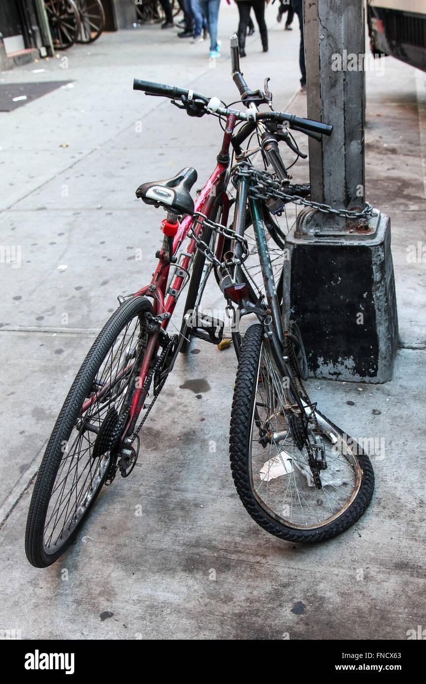 Zwei Fahrräder auf der 42. Straße in New York, USA. Stockbild