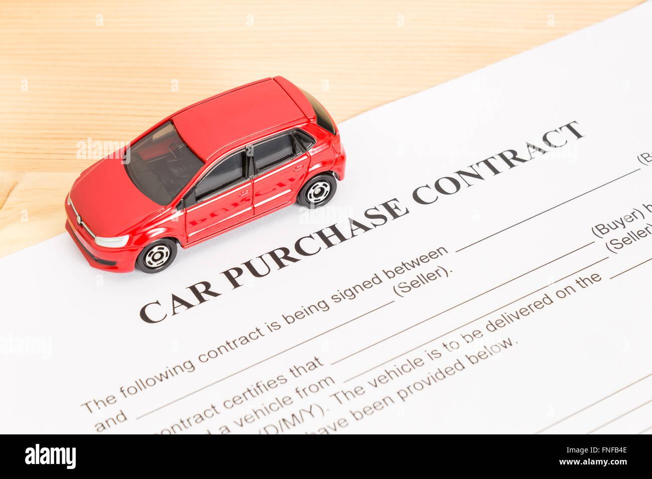 Autokauf Vertrag mit roten Auto auf Ansicht von links. Auto ...