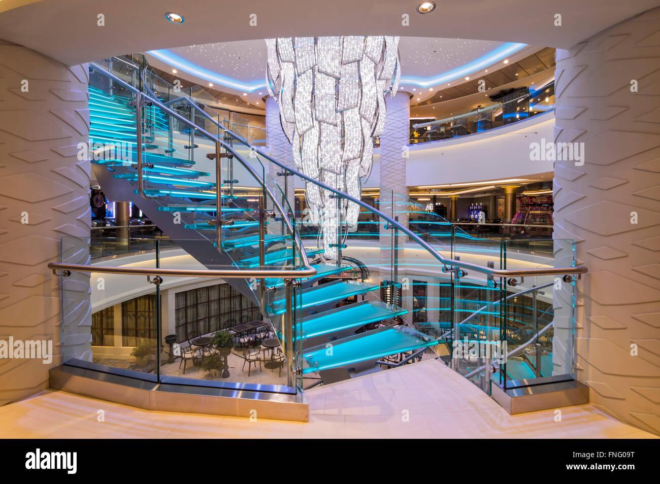 Kronleuchter Mit Farbwechsel ~ Atrium mit farbwechsel treppe kronleuchter und glas norwegian