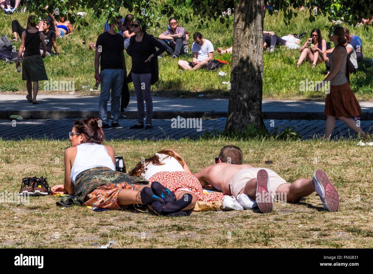 Junge Menschen In Der Sonne Liegen Sonnen Und Relaxen Im Sommer Im