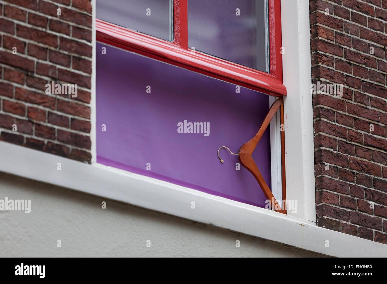 Hölzerne Kleiderbügel als Support für window Stockbild