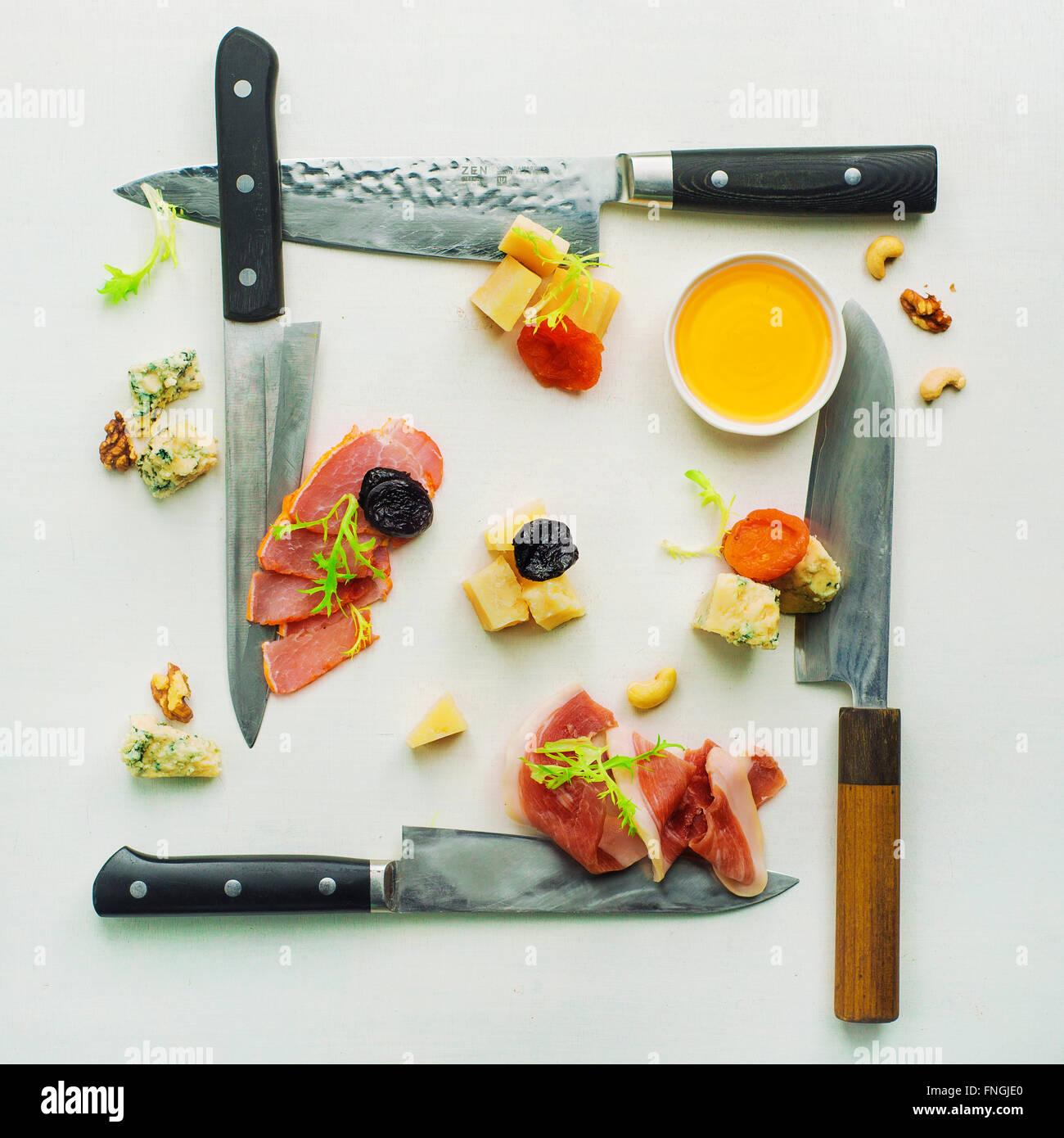 Vorspeise mit Käse, Fleisch, getrocknete Früchte und Honig Stockbild