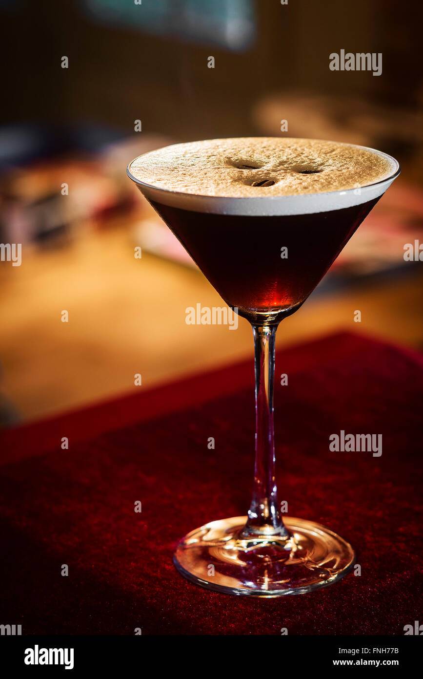 Espresso Kaffee Martini cocktail Drink in der Bar in der Nacht Stockbild