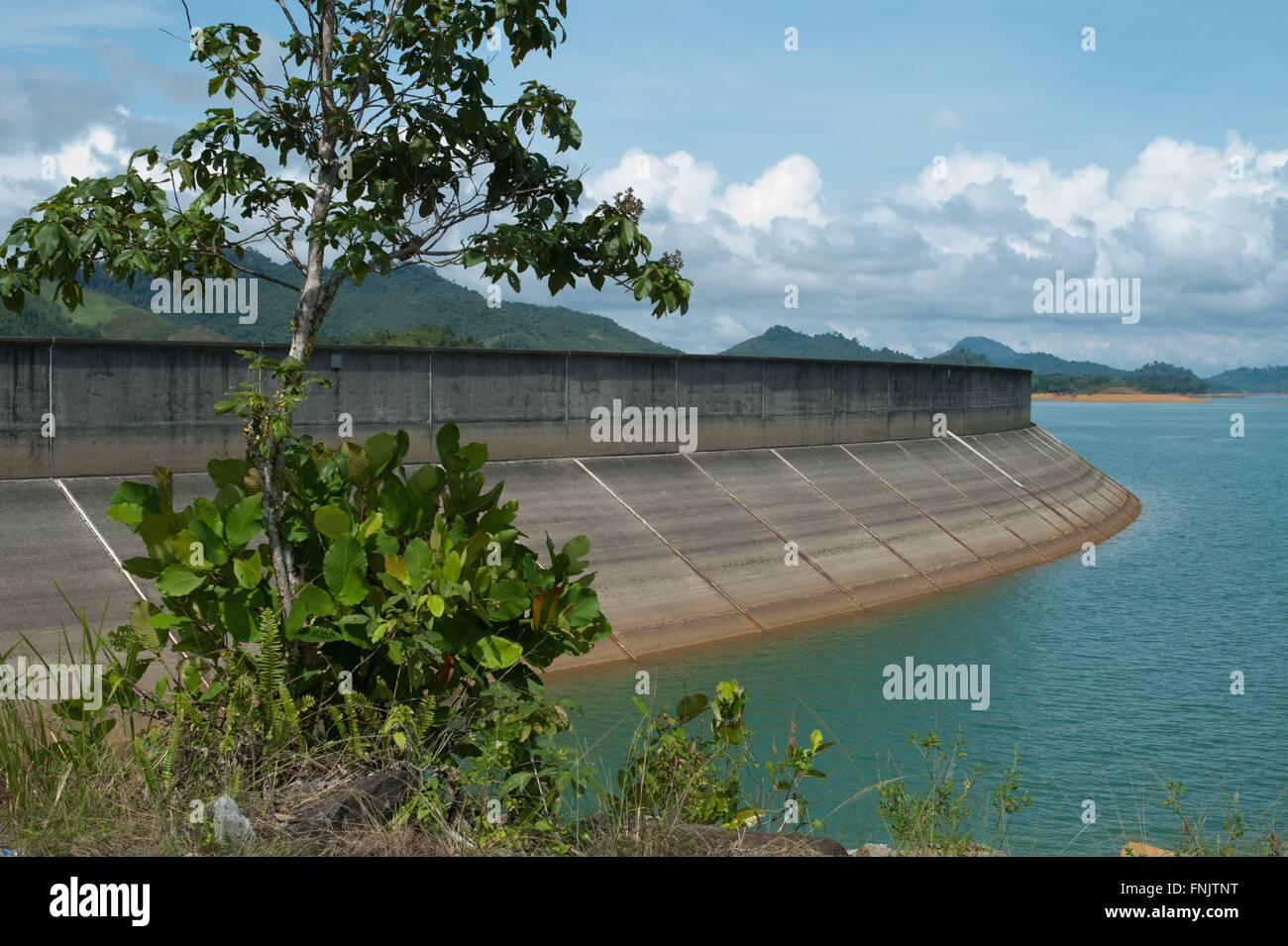 Lubok Antu, Malaysia. 24. Oktober 2014. Der Staudamm von Batang ...
