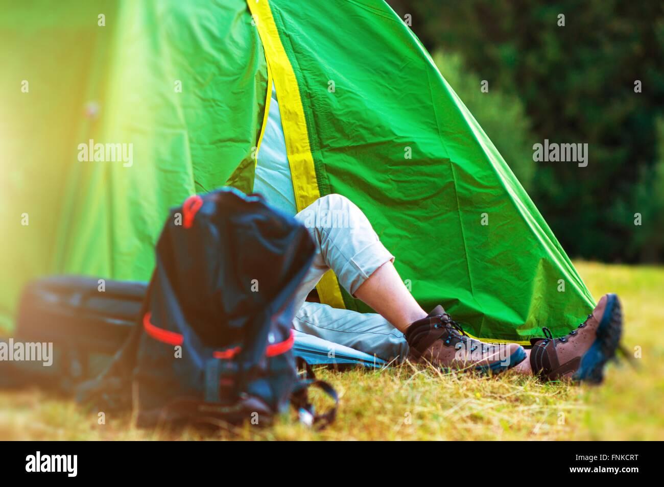 Wildnis Zelten. Wanderer ruht in seinem grünen Zelt. Wandern und Camping Thema. Stockbild