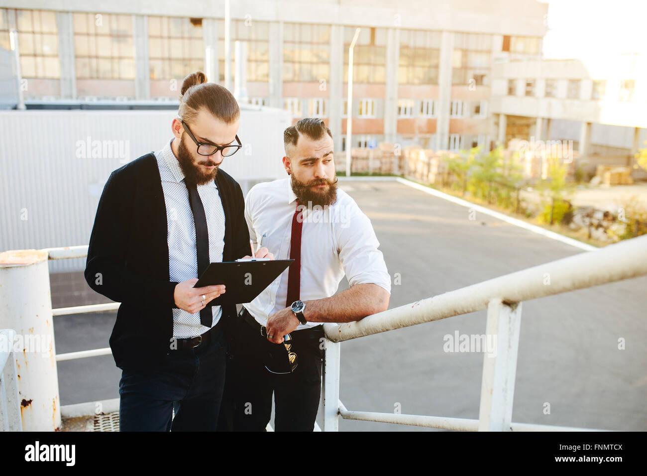 Zwei Unternehmer bei der Arbeit Stockbild