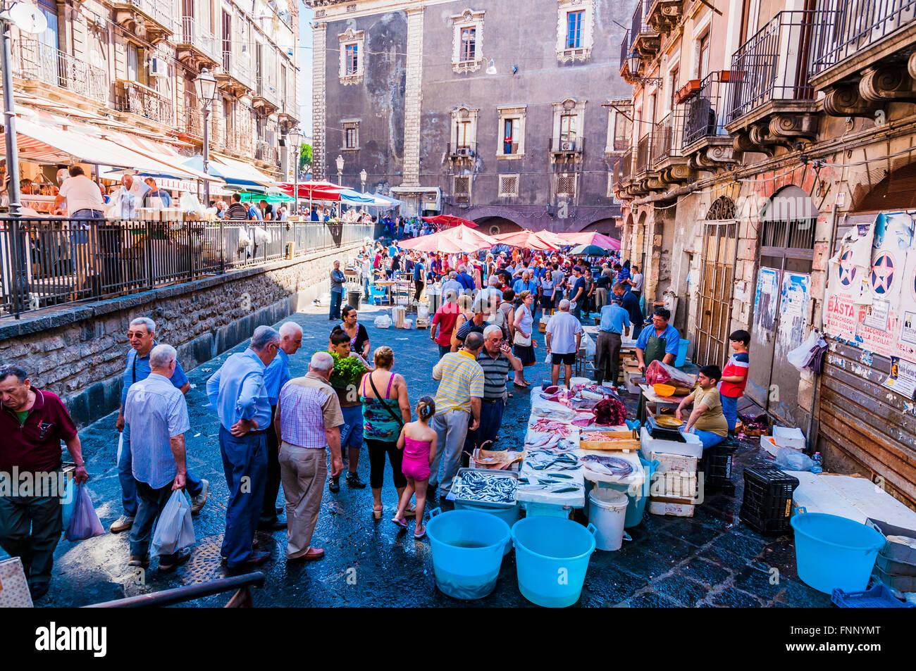 Verkäufern und Käufern auf dem berühmten Fischmarkt in Catania. Grösste folkloristische Attraktionen Stockbild